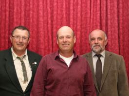 Markus Schörlin (Mitte) aus Efringen-Kirchen-Huttingen ist neuer EGRO-Vorstandsvorsitzender, Werner Räpple (rechts) bleibt sein Stellvertreter. Der scheidende Vorsitzende Heinz Meyer wurde für sein Engagement in den Gremien seit 1993 und seit 2008 als Vorsitzender mit der Silbernen Ehrennadel des Baden-Württembergischen Genossenschaftsverbandes ausgezeichnet.