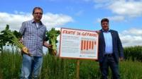 Landwirt Matthias Wacker (links) und der Vizepräsident des Hessischen Bauernverbandes, Thomas Kunz, erklärten, weshalb Pflanzenschutzmittel für die Sicherung von Ertrag und Qualitäten wichtig sind.  Foto: Martin May