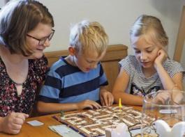 Nicht nur den Haushalt müssen in Zeiten von Corona die Dorfhelferinnen meistern. Die Kinder beschäftigen, sei es mit Spielen wie hier Kerstin Rohrwasser mit Mirko und Valska Braun, ist genauso wichtig.