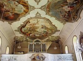 Von außen wirkt die St. Jakobuskirche eher schlicht, doch der Blick ins Innere bis an die Decke  lohnt.