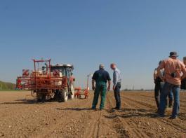 Landwirte, Fachleute und Firmenvertreter haben das Nematoden-Verfahren auf etwa 75 Hektar Körner- und Saatmais in Weisweil, Freiburg, Biengen und Bremgarten getestet. Das Bild zeigt Projektbeteiligte im April 2013 auf einem Feld von Landwirt Joachim Gratwohl aus Bremgarten.