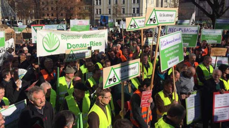 Mehr als tausend Landwirte fordern gemeinsame Lösungen von Umweltministerkonferenz.