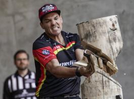 Sportholzfäller Robert Ebner beim Standing Block Chop.
