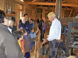 Säge-Chef Heinz Degen erklärt den Besucherinnen und Besuchern die Funktionsweise der 100 Jahre alten Gattersäge. Sie befindet sich in der Ortsmitte der Schweizer Gemeinde Buchberg.