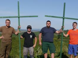 Die Winzer Kevin Vogel, Christopher Schneider, Niklas Henninger und Joachim Bumen (von links) haben 100  Kreuzebei Endingen aufgestellt.