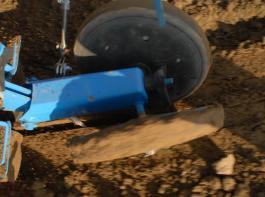 Die Flüssigkeit mit den Nematoden sollte auf das rückverfestigte Saatbett aufgebracht werden, bevor die Saatfurche durch Andruckrollen  mit Erde geschlossen wird