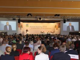 Rund 600 Delegierte aus den regionalen Bauernverbänden nahmen am Deutschen Bauerntag 2014 in Bad Dürkheim teil. Hier verfolgen sie gerade die Grundsatzrede von Joachim Rukwied, dem Präsidenten des Deutschen Bauernverbandes (DBV), bei der Mitgliederversammlung des DBV.