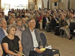 Die Erntedankfeier des BLHV zog mehrere hundert Besucher an. Im Vordergrund links Mitglieder der  Grißheimer Bauernfamilie Kaufmann, in deren Halle die Feier mit Gottesdienst stattfand.