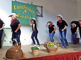 """Die """"Cowgirls"""" aus Wieden überraschten  mit einem Line-Dance."""