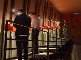Besucher auf dem Aromenparcours des Weinguts Zeni schreiben ihre Eindrücke mit Kreide auf Tafeln.