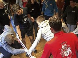 Beim Hula-Hoop-Reifen-Spiel mussten die Teilnehmer gut zusammenarbeiten.