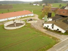 Der Deutsche Bauernverband (DBV) warnt vor massiven Investitionskosten für tierhaltende Betriebe, sollten bestehende JGS-Anlagen in großem Umfang nachgerüstet werden müssen.