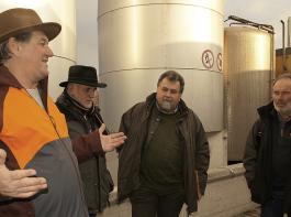 Ziegenhalter gesucht: Martin Buhl (links), Gründer und Geschäftsführer von Monte Ziego, erläuterte am Teninger Firmensitz den Teilnehmern der Pressefahrt die weiteren Ausbaupläne für Ziegenmilchprodukte.