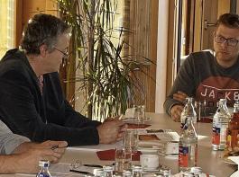 """Das Selbstverständnis von """"Land schafft Verbindung"""", bei Demonstrationen und Kundgebungen gewaltfrei zu agieren ohne Blockaden und nach innen und außen das Gespräch und das Verbindende zu suchen, stieß beim Gespräch mit dem BLHV-Vorstand auf ungeteilte Zustimmung. Im Bild von links: Werner Räpple, Bernhard Bolkart, Oswald Tröndle (jeweils BLHV), Kevin Vogel und Thomas Frenk (jeweils """"Land schafft Verbindung"""")."""
