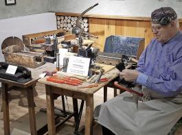 Friedrich Busse zeigt im Museum gerne, wie Bürsten gefertigt wurden – noch immer sind Todtnau und Schönau wichtige Orte der Produktion.