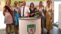 Präsident Karsten Schmal begrüßte neben Staatsministerin Priska Hinz (Bildmitte) zahlreiche Ehrengäste und hessische Produktköniginnen am Stand des Bauernverbandes in Korbach