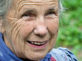 """Elsa Kehnel, wie sie leibt und lebt. Die warmherzige Bauerngärtnerin kennt ihren Garten wie ihre Westentasche. Am liebsten mag sie Ringelblumen, denn  """"die kunnt  iiberall vun ellei, des gfallt mir so guet""""."""