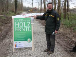 Thomas Deines erläuterte bei der Pressefahrt das Konzept der Informationskampagne für Waldbesucher.