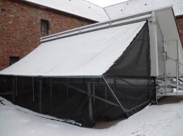 Dieser Außenklimabereich ist nicht nur im Falle der Aufstallungspflicht nützlich, sondern auch für die Eingewöhnungsphase kurz nach Einstallung der Hennen. Zudem bietet er Schutz bei widrigen Witterungsbedingungen. Der Stall hier im Bild ist noch nicht in Betrieb.