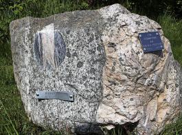An manchen Stellen wurden die Geoparksteine geschliffen, so dass die Feinheit der Linien und die Einschlüsse besser zu sehen sind.
