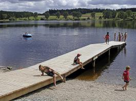 Für Badespaß am Kirnbergsee ist gesorgt. Flache Ufer laden zum Plantschen und Schwimmen ein. Darüber hninaus gibt es einen Weg rund um den See, der einlädt, verschiedene Vogelarten zu beobachten.