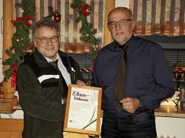 BLHV-Präsident Werner Räpple zeichnet Forstpräsident Meinrad Joos mit dem Grünen Band in Gold des BLHV aus.