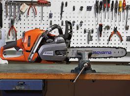 Für Wartungsarbeiten und Reparaturen sollte die Maschine fest im Schraubstock eingespannt sein.