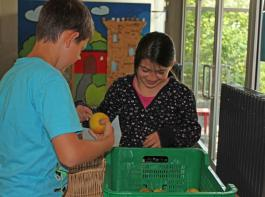Der Griff in die Obstkiste ist für die Schüler in der Ravensburger Weststadtschule schon Gewohnheit.