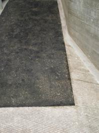 Eine Gummimatte kann einen  Boden rutschfest machen.