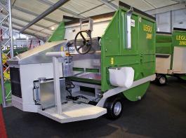 Die selbstfahrenden Futtermischwagen LEGU 2000 und 3000 sind  wie gemacht für schmale und niedrige Stalldurchfahrten.