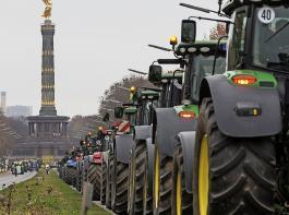 Weite Wege für die Bauernanliegen: Tausende Traktoren und Buaern waren am Dienstag im Zentrum Berlins zur Protestkundgebung versammelt.