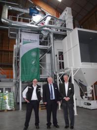 Über sieben Meter hoch ist die Installation um den neuen Farbsortierer. Im Vordergrund von links  Dr. Karl Nau  von  Dow Seeds Europa,  Joachim Hauck vom Stuttgarter  Landwirtschaftsministerium  und Henning Torzelli, Geschäftsführer von Dow Agro-Sciences.