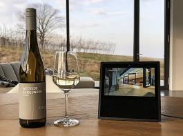 Über den Lautsprecher mit Bildschirm kann man die Informationen des Weinguts Weber zuhause abrufen. Gesteuert wird das Gerät durch Sprache.