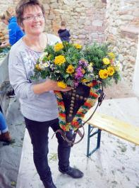 Stolz präsentiert Ulrika Tröscher ihr Werk.