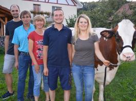 Zum Betrieb gehören (von links): Alexander, Armin, Mechthilde und Christian Hupfer mit Freundin Charlotte Mark sowie Kuh Cordula.