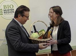 Die neue Regionalmanagerin Andrea Gierden überreichte Landwirtschaftsminister Peter Hauk einen Korb mit regionalen Bio-Produkten.
