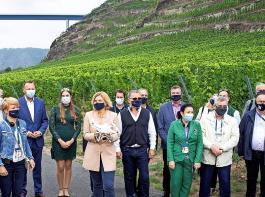 Beim informellen Agrarrat in Koblenz nahm Julia Klöckner ihre europäischen Amtskollegen auch mit in die Reben.