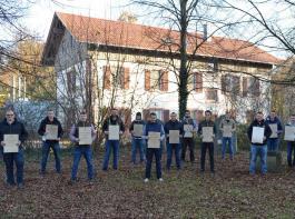 Urkundenübergabe im Freien an die Winzermeister  nahmen in Emmendingen.