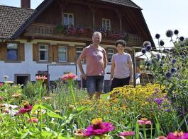 Ein üppig blühender Bauerngarten liegt vor dem Hauptgebäude des Lunzenhofs in Oberharmersbach, den Thomas und Barbara Schwendemann bewirtschaften.