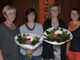 Elke Wilhelm (links) und Kathrin Leininger (rechts) bedanken sich bei Regina Geppert (2.v. links) sowie Sabine Willistein für deren langjährige Vorstandstätigkeit.
