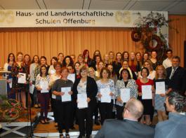 Abteilungspräsident Dieter Blaeß vom RP Freiburg (rechts) überreichte die Urkunden an die Absolventen.