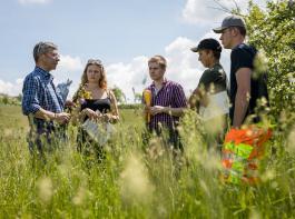 Landwirt Hanspeter Wehinger (links) erklärte den Azubis  die besonderen Merkmale seiner Wiese in Döggingen.