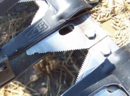 Oben eine beschädigte und abgenutzte Klinge, unten rechts eine neue.