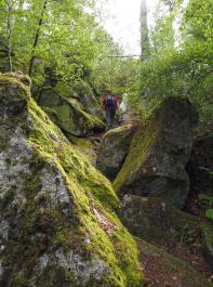 Der Pfad führt vorbei an tollen Felsformationen