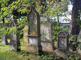 Auf jüdischen Friedhöfen, wie hier in Freiburg, gilt ewiges Ruherecht für die Verstorbenen. Die Gräber auf dem Foto sind von 1884.