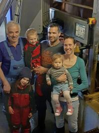 Mit dem AMS mehr Zeit für die Familie (v. r.): Betriebsleiterehepaar Sarah und Florian Löffler mit Lorena und Matteo, Tochter Romina und Seniorchef Felix Löffler.