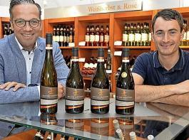 """Stellen die neue Premiummarke """"Großes Gewächs"""" vor, geschäftsführender Vorstand Markus Ell (links) und Kellermeister Thomas Hirt."""