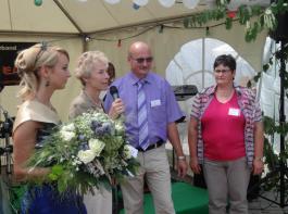 Von links: Zwetschgenkönigin Alina Schubricht, Andrea Ganter vom Landratsamt Ortenaukreis, Baumschulinhaber Erich und Karin Kiefer.