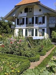 Blick auf das Stöckli (Leibgedinghaus) der Familie Heinz und Anna-Katharina Schwab in Niederösch mit klassischem Bauerngarten.