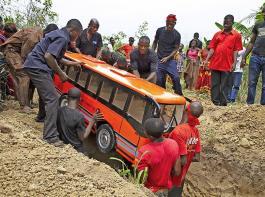 Ghana: Beerdigung eines Busfahrers im passend gestalteten Sarg.
